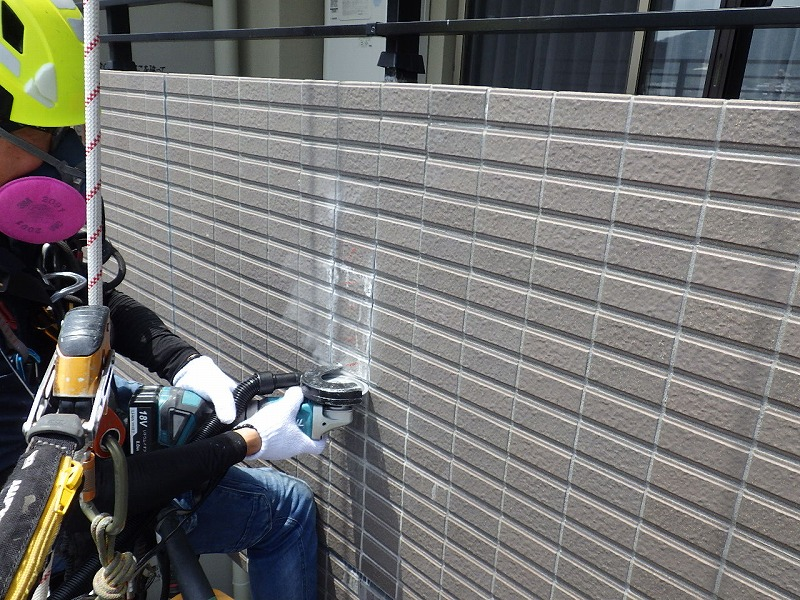 ロープアクセス工法による外壁タイル張替え工事