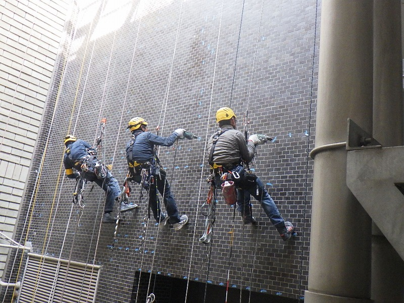 ロープアクセス工法による外壁タイル樹脂注入工事